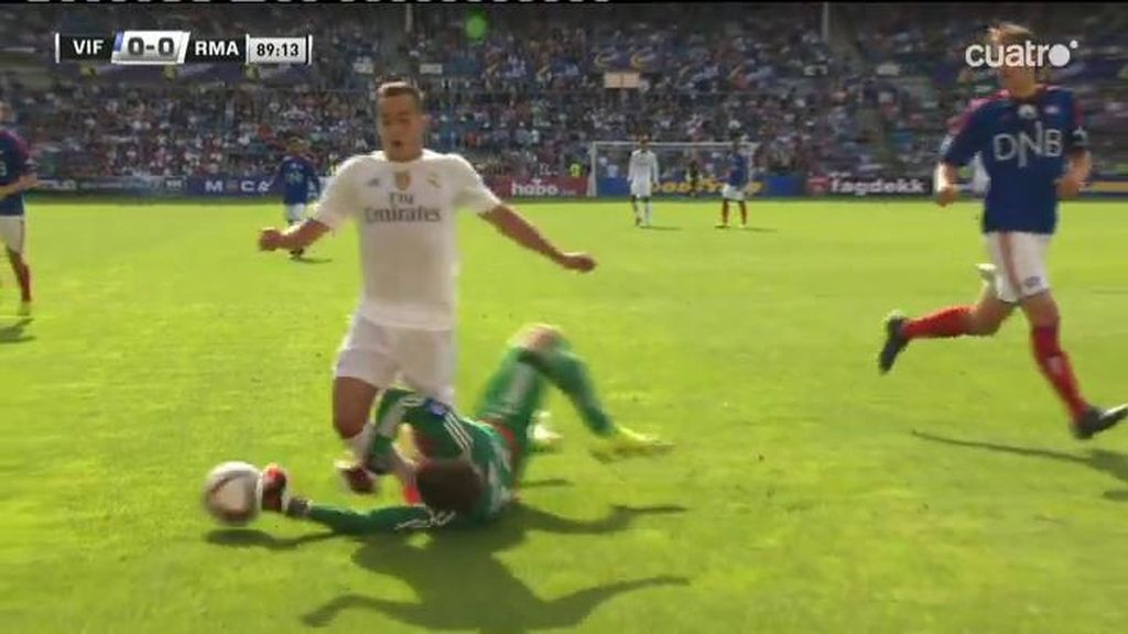 ¿Es penalti este indicente en el área entre Lucas Vázquez y el portero del Valeranga?