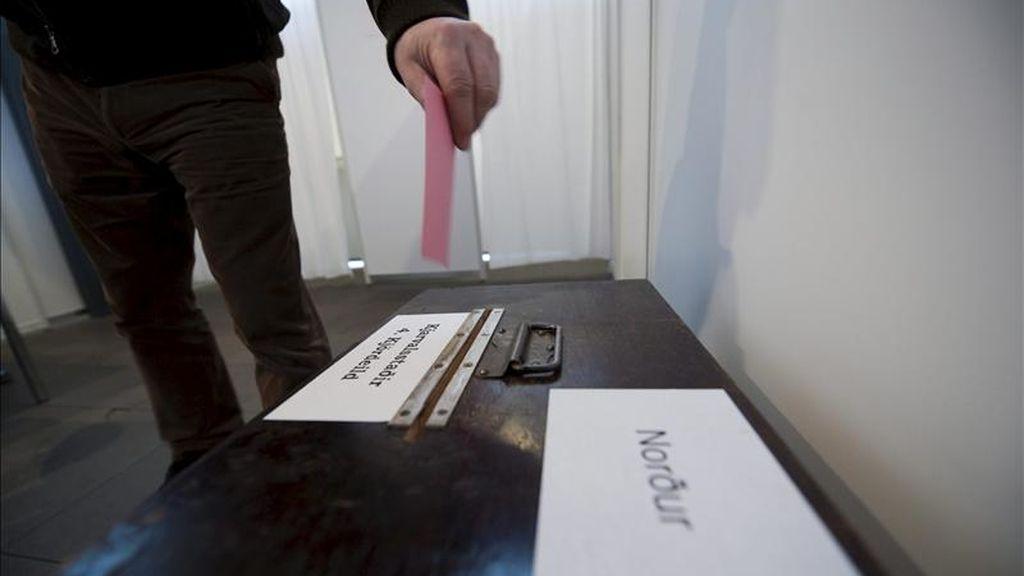 Un ciudadano islandés deposita su papeleta en una urna en el centro de votaciones de Reykjavik (Islandia), el 6 de marzo de 2010. Los islandeses rechazaron ayer por segunda vez en referendum devolver a los inversores ingleses y holandeses una indemnización tras el colpaso del banco de Islandia. EFE/Archivo