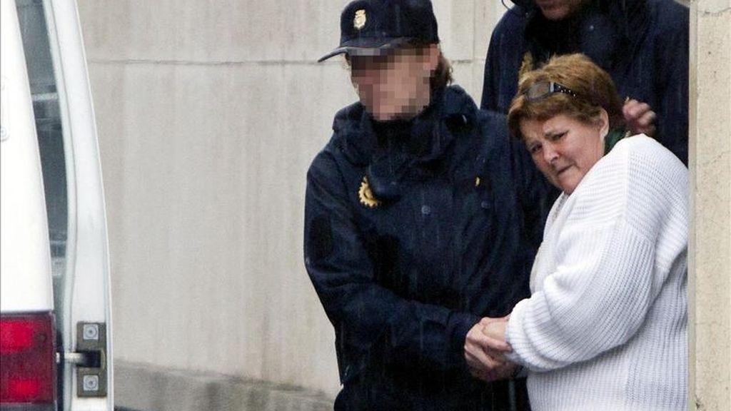 Agentes de la Policia Nacional, trasladan a Isabel García, la esposa de Santiago del Valle, acusado de la muerte de la pequeña Mari Luz, a su salida del juzgado de Huelva. EFE/Archivo