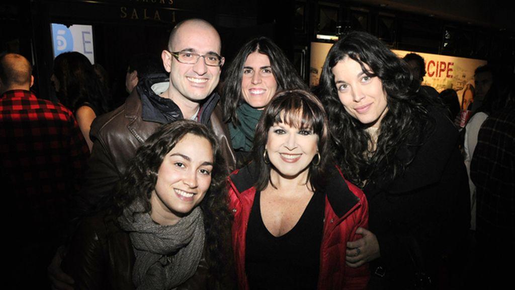 """Loles León y su compañía de """"Cocinando con Loles"""""""