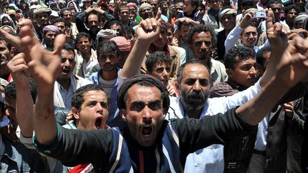 Centenares de personas gritan consignas contra el gobierno de Al Abdalá Saleh, en una calle de Saná (Yemen). EFE