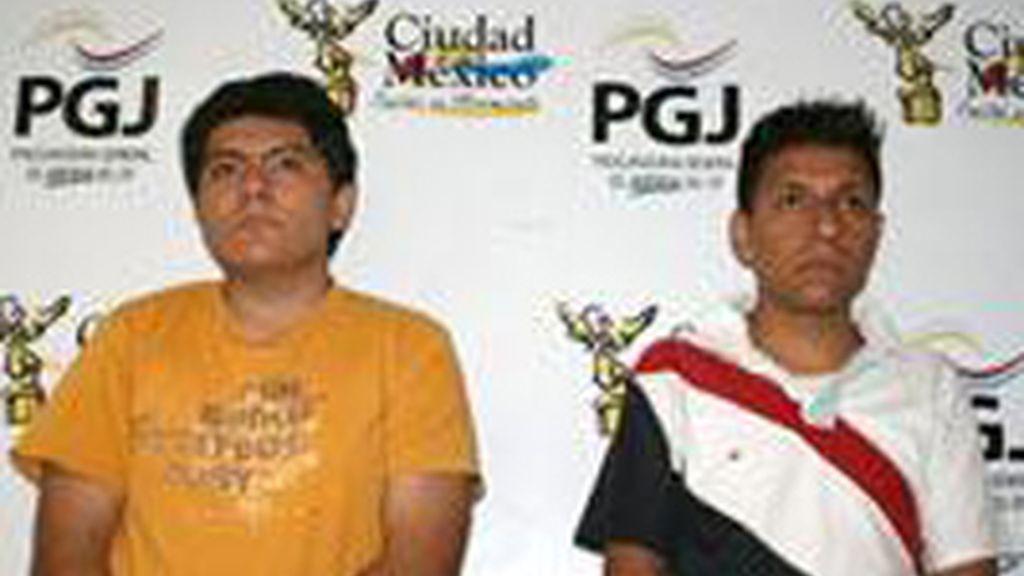 Dos de los violadores, mayores de edad, detenido con cargos por presuntos delitos de violación multitudinaria y pornografía.  Foto de la Procuraduría General de Justicia del Distrito Federal mexicano.