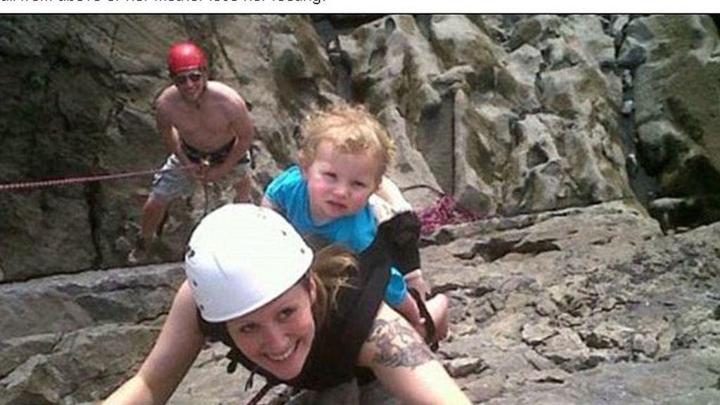 Practica escalada con su hija de dos años en la espalda