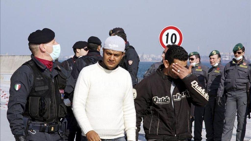 Parte de los 1.700 inmigrantes que llegaron en ferry desde la isla de Lampedusa a la base Mar Grande, antes de ser trasladados a un campamento levantado a unos 6 km de Manduria, cerca de Taranto, hoy, viernes 1 de abril de 2011. EFE