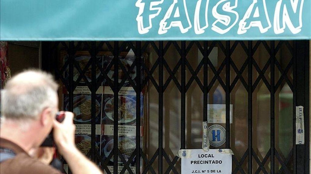 Un fotógrafo toma imágenes de la entrada del bar Faisán, en las inmediaciones de la frontera de Irún (Guipúzcoa). EFE/Archivo
