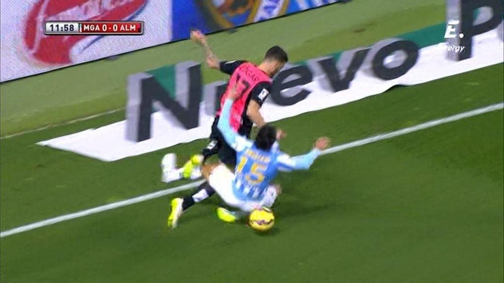 Angeleri arriesga con una entrada en el área y comete penalti sobre Édgar