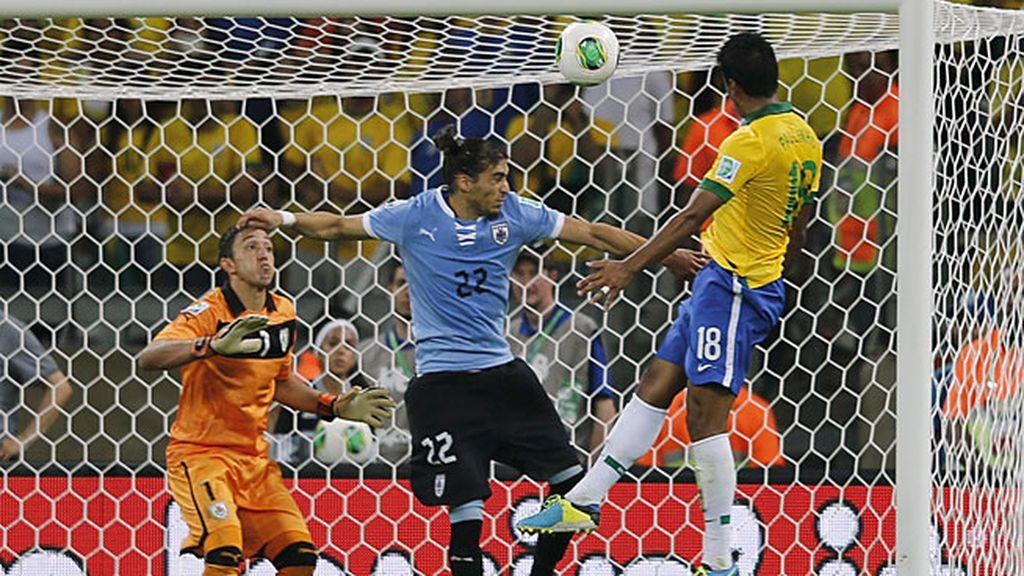 Paulinho marca para meter a Brasil en la final