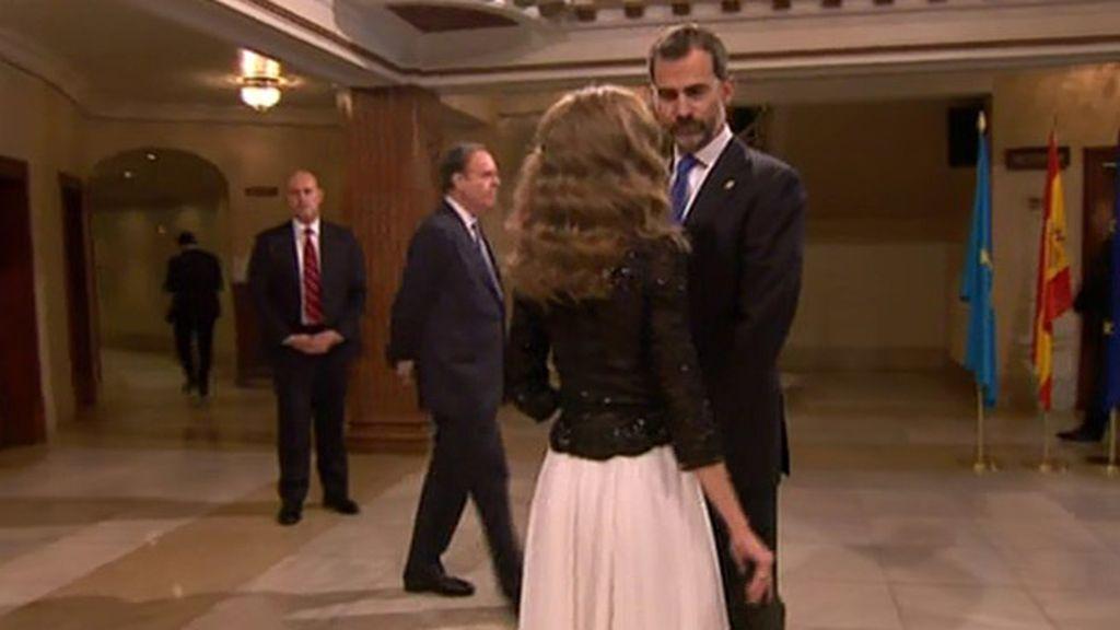 Felipe y Letizia conversan en el hall del Campoamor