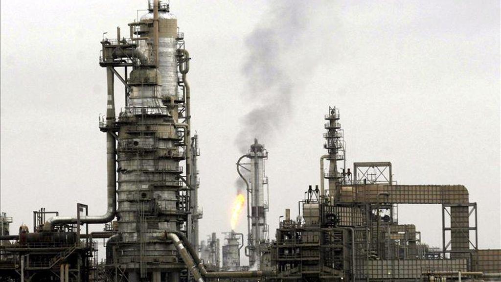 En la imagen, la refinería de Baiji, a unos 180 km de Bagdad. EFE/Archivo