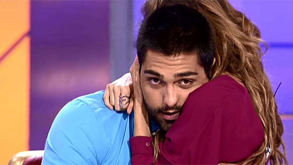 El tierno abrazo de Isaac y Triana