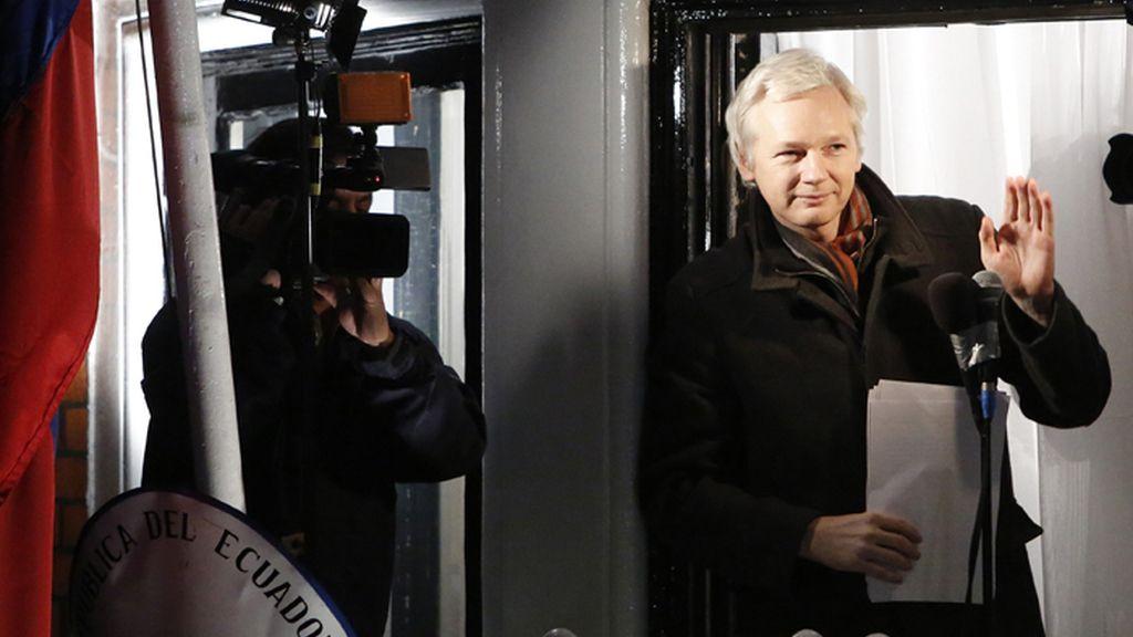 Assange saluda desde un balcón de la embajada de Ecuador en Londres
