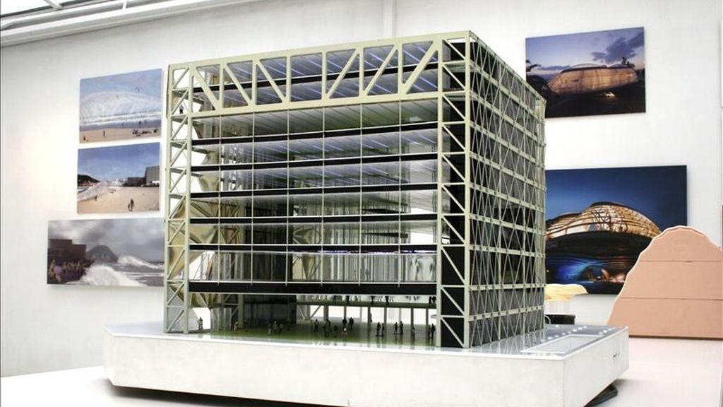 Fotografía facilitada por la Galería Gloria que muestra una vista de la maqueta del edificio Media-TIC, del arquitecto catalán Enric Ruiz-Geli, que expone dicha galería de Madrid hasta el próximo 14 de mayo. EFE