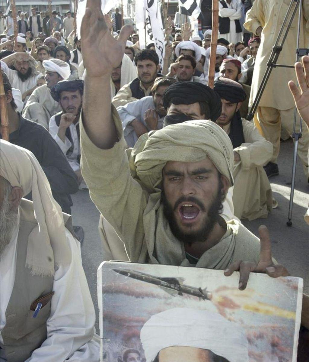 Seguidores del principal partido islamista del país, el Jamiat-e-Islami, gritan eslóganes durante la protesta realizada contra las fuerzas militares estadounidenses, en Quetta, Pakistán, el 2 de mayo de 2011. EFE