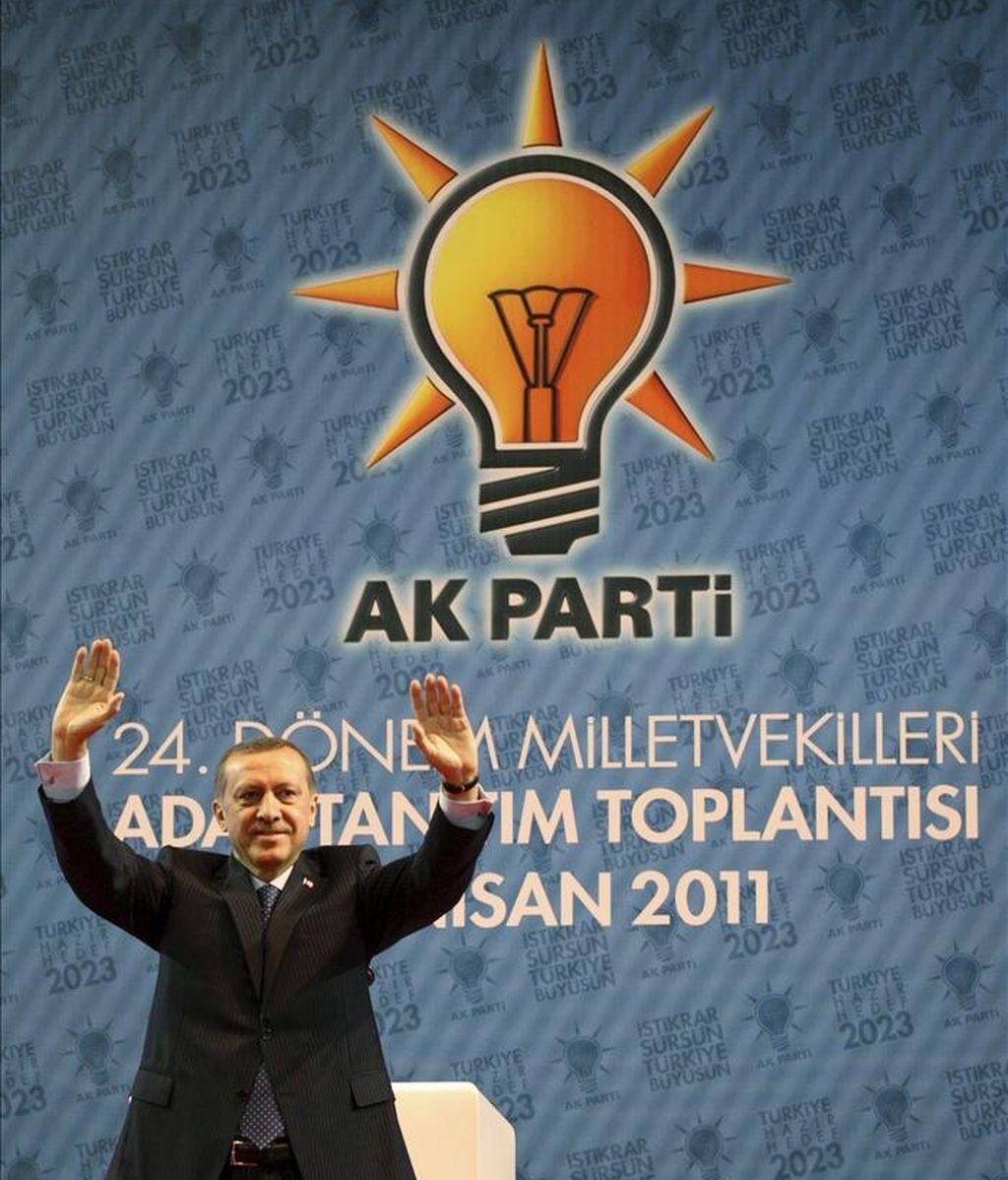 El primer ministro turco, Recep Tayyip Ersogan saluda a sus partidarios en la presentación de los candidatos del conservador Partido de la Justicia y el Desarrollo (AKP) para las elecciones posan para los medios de comunicación en Ankara (Turquía). EFE