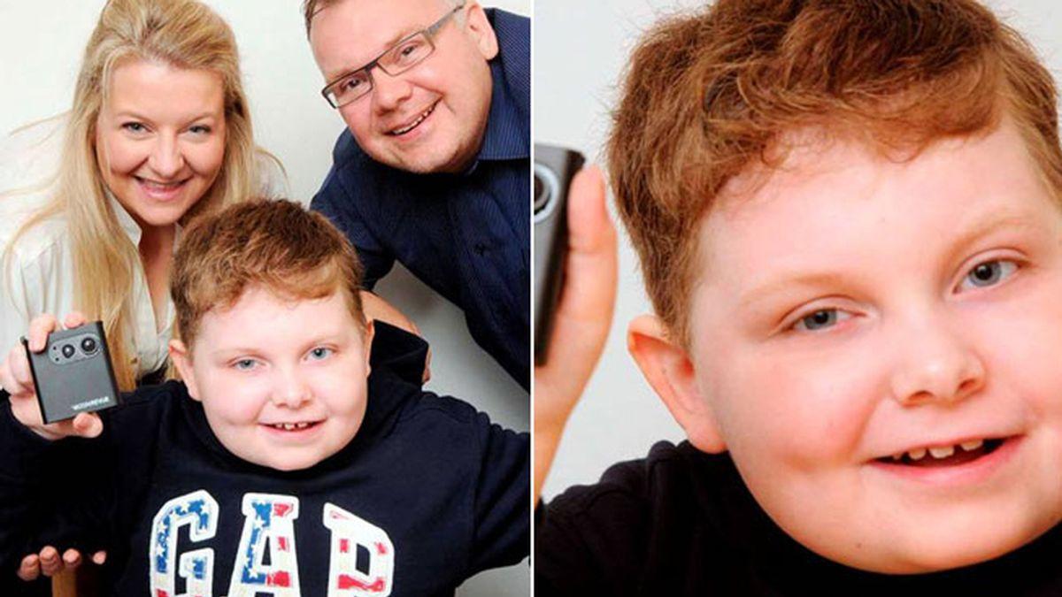 Un niño con tumor cerebral usa una cámara como memoria