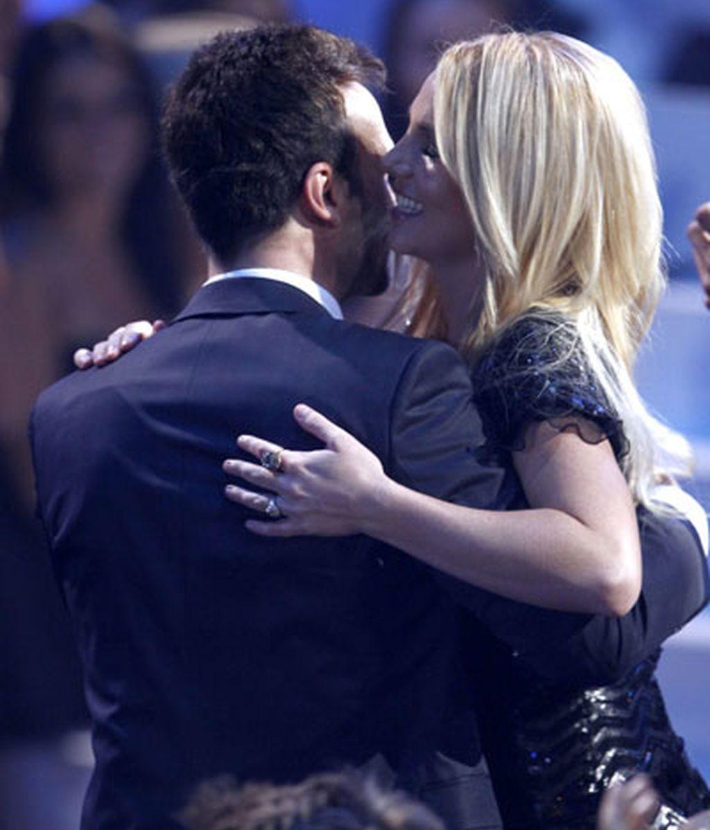 Britney abraza a su marido