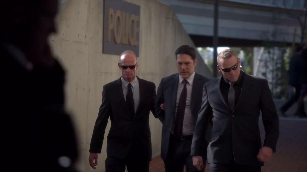 Los SWAT detienen a Hotch en su propia casa y delante de su hijo
