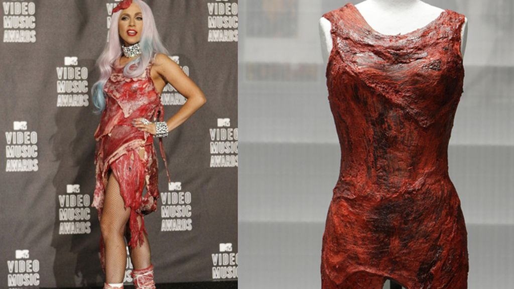 Lady Gaga (a la izq) con el modelo-filete con el que recibió el premio de MTV 2010, a la derecha, el vestido de carne que se exhibirá desde este jueves en el museo del Rock, de Cleveland. Foto REUTERS
