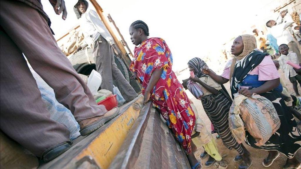 Imagen facilitada por la fuerza de paz de la ONU y la Unión Africana (UNAMID) el pasado 8 de diciembre de 2010, que muestra a refugiados sudaneses cargando sus pertenencias en un camión en el campo de desplazados de Kalma, en Nyala, al sur de Darfur. EFE/Archivo