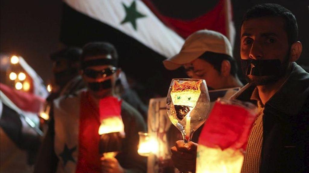 Ciudadanos sirios residentes en Jordania participan en una protesta convocada en los alrededores de la embajada siria en Ammán (Jordania) el pasado sábado 9 de abril. EFE/Archivo