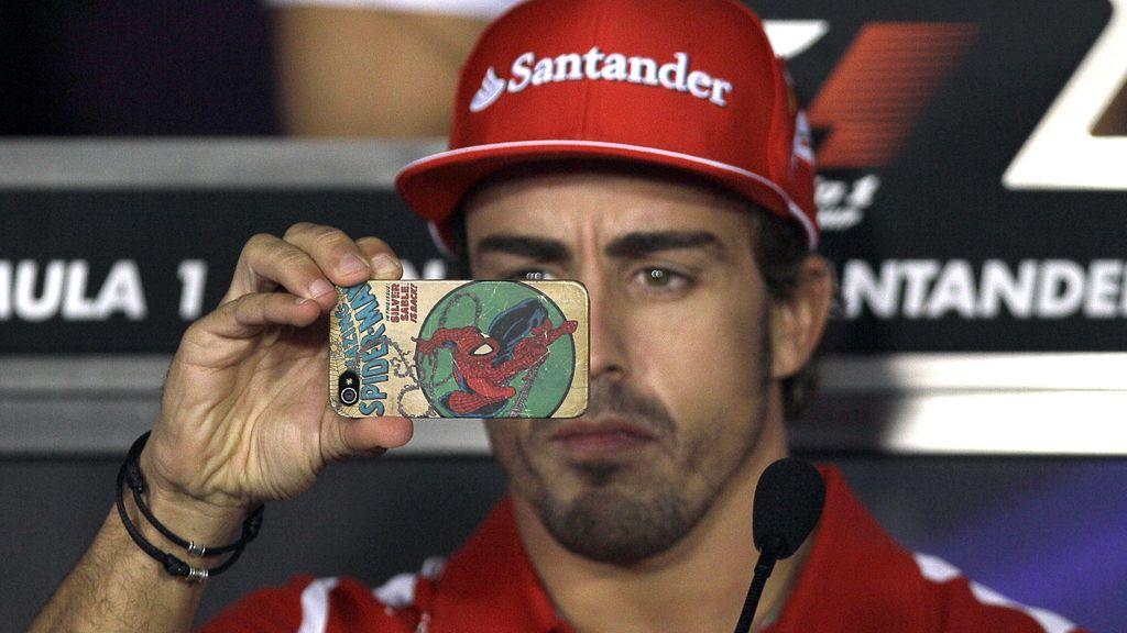 Fernando Alonso fotografía con su móvil en el transcurso de la Fórmula 1