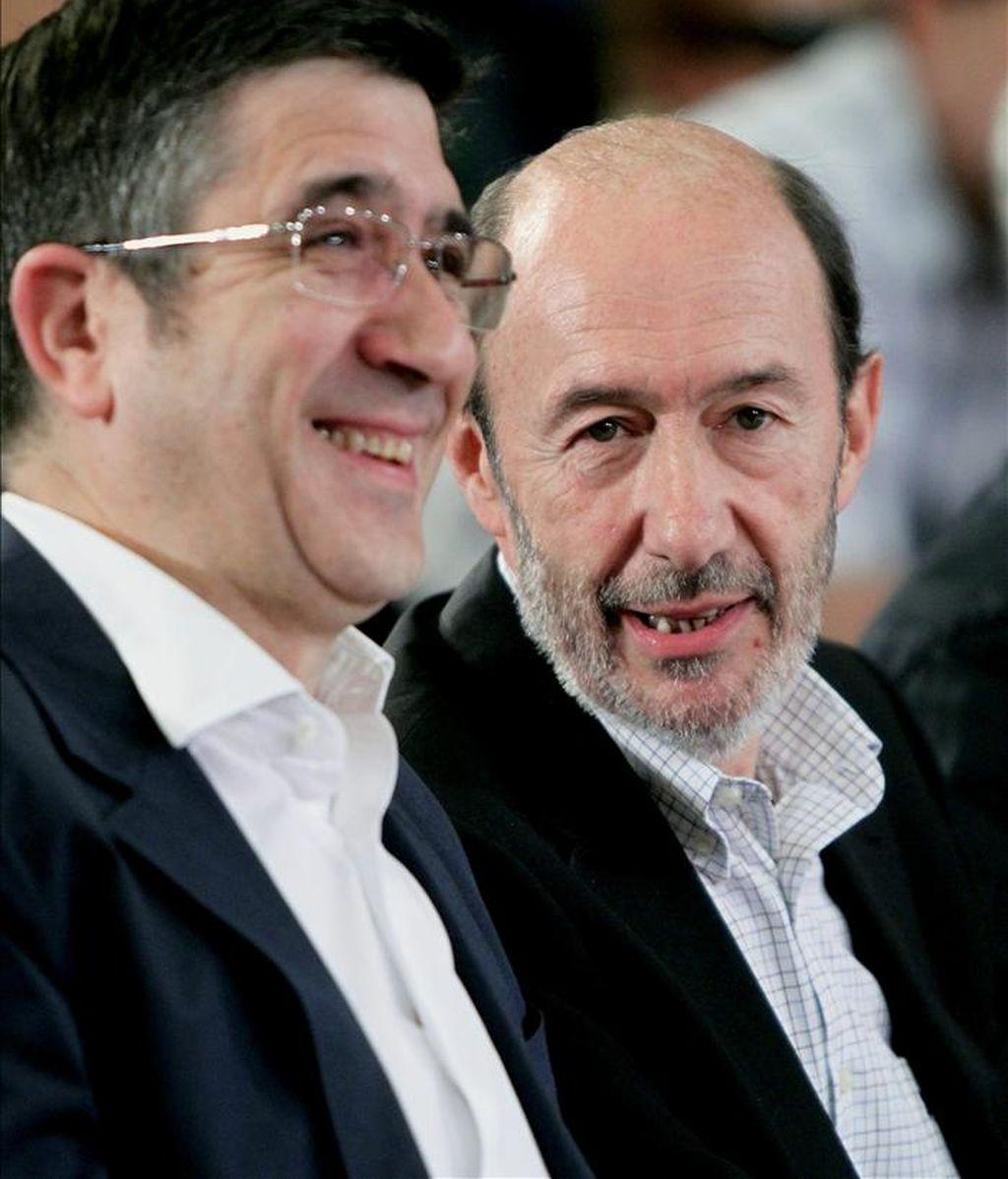 El vicepresidente primero del Gobierno, Alfredo Pérez Rubalcaba (d), y el lehendakari, Patxi López (i), conversan durante su participación en un acto electoral del PSE/EE celebrado hoy en San Sebastián. EFE