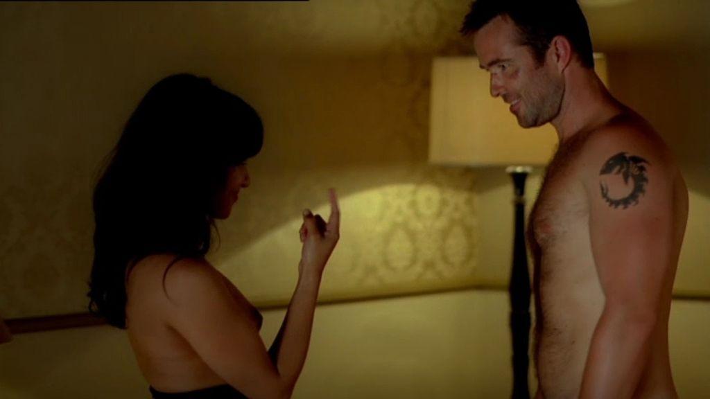 Damien liga con la recepcionista del hotel