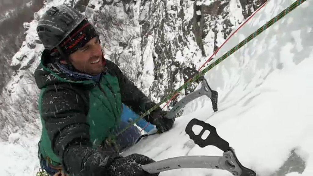 David Bustamante alcanza emocionado la cima de la cascada motivado por su hija
