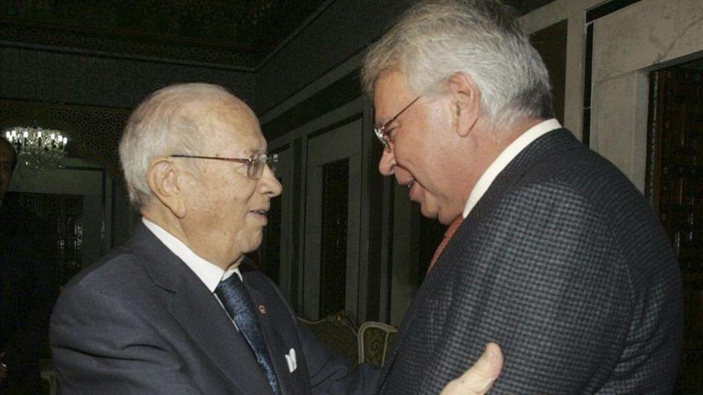 El ex presidente español Felipe Gonzalez (d) durante su reunión con el primer ministro tunecino Beji Caid Essebsi (i), el pasado 19 de marzo. EFE/Archivo
