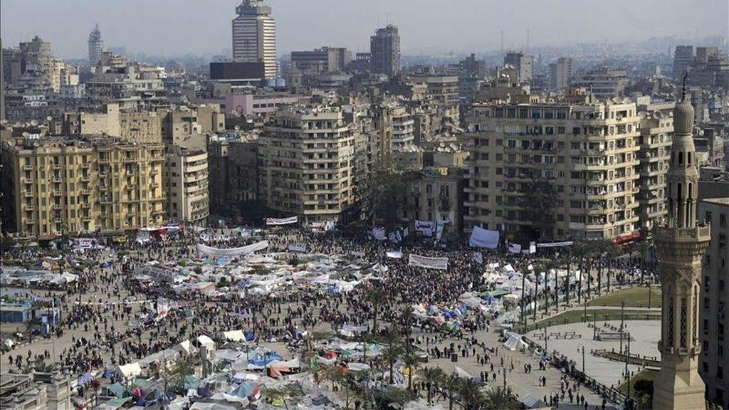 Manifestantes egipcios detractores del régimen del presidente Hosni Mubarak se congregan hoy por decimosexto día consecutivo en la plaza de Tahrir en El Cairo (Egipto). EFE