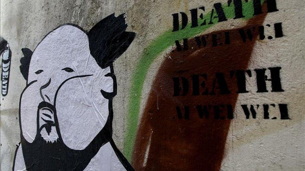 Detalle de una pintada del artista contemporáneo donde aparece una figura del artista chino Ai Weiwei, detenido ilegalmente desde el pasado 3 de abril, en Hong Kong (China), hoy, 19 de abril de 2011. El primer ministro chino, Wen Jiabao, pidió a los nuevos cuadros del Partido Comunista libertad de expresión, moralidad y reformas políticas. EFE