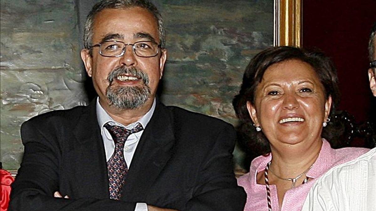 La concejala de IU en el Ayuntamiento de Madrid, Milagros Hernández, junto al portavoz de esa formación política, Ángel Pérez. EFE/Archivo