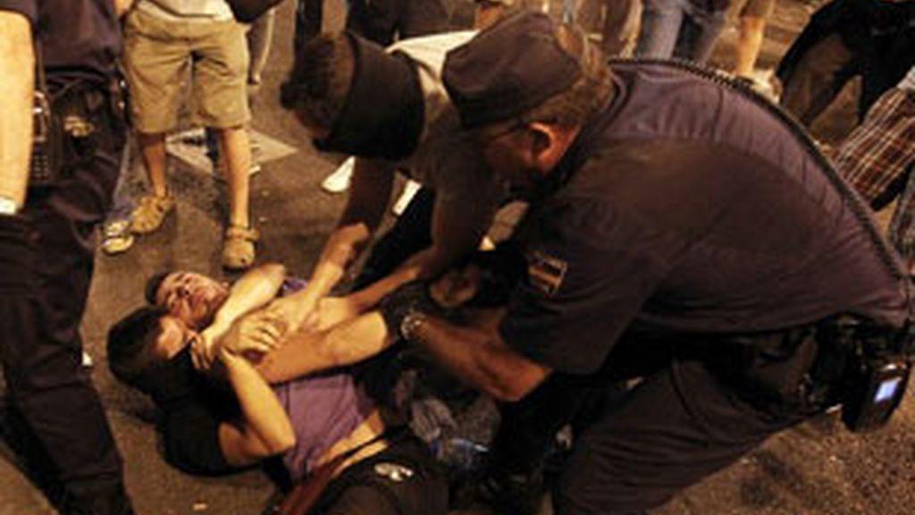 La Policía carga contra los manifestantes laicos en Sol. Foto:Reuters