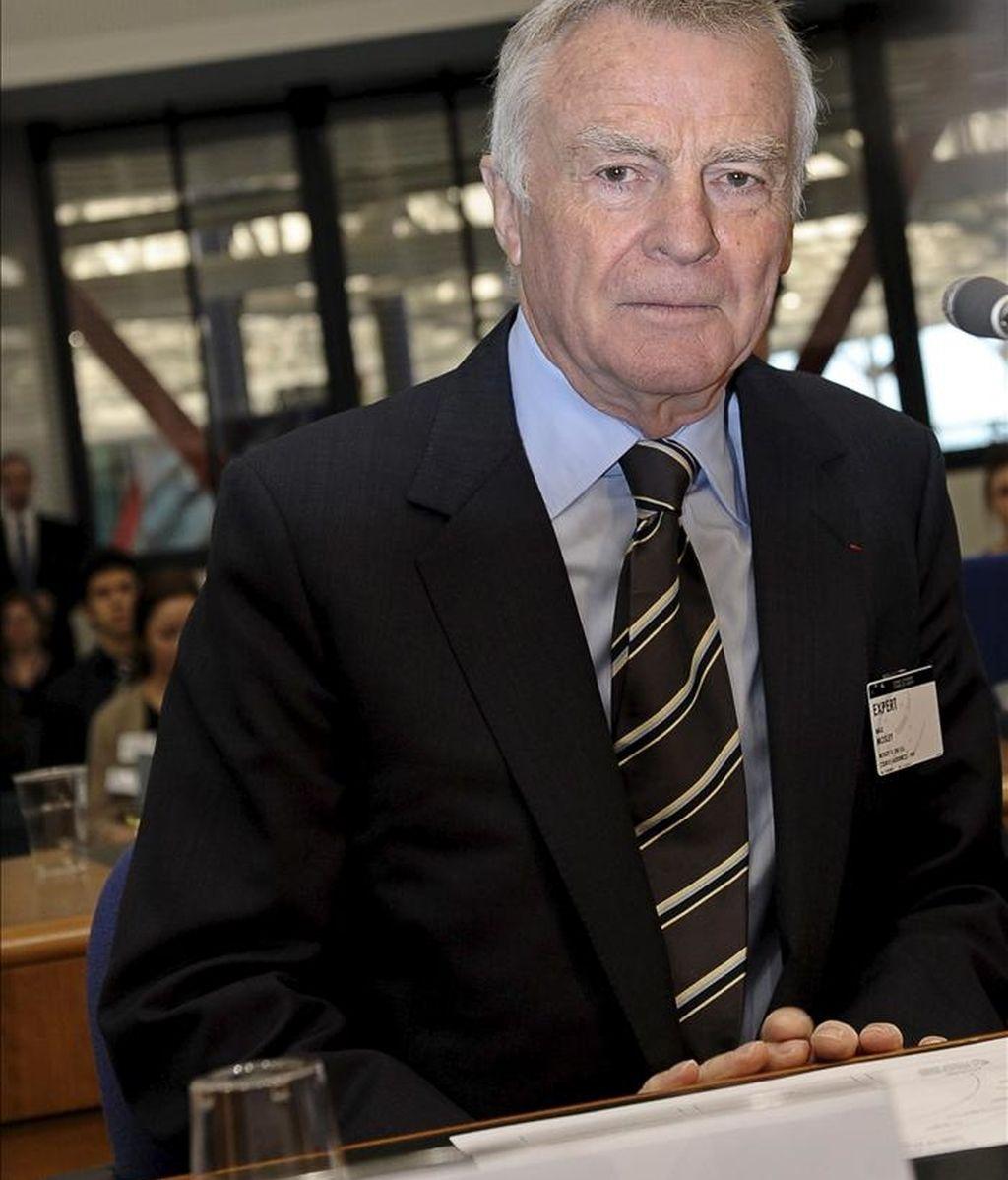 Foto de archivo del ex presidente de la FIA el británico Max Mosley al inicio de la vista contra el Gobierno británico en el Tribunal Europeo de Derechos Humanos de Estrasburgo (Francia) el 11 de enero de 2011. Mosley perdió hoy su demanda ante el Tribunal Europeo de Derechos Humanos para obligar a los periódicos a advertir a los implicados antes de exponer sus vidas privadas. EFE/Archivo