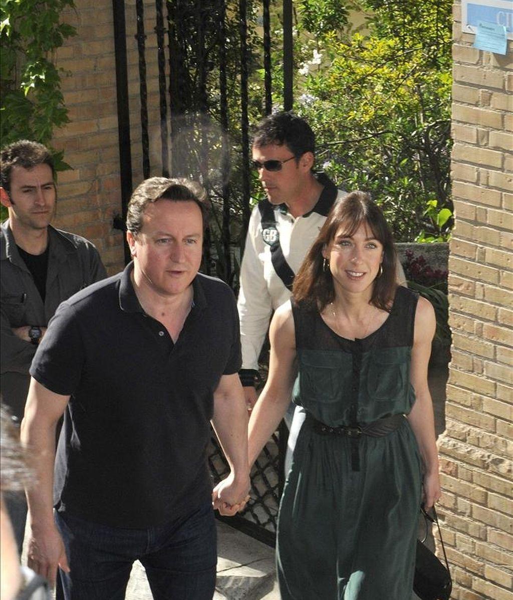 El primer ministro británico, David Cameron, y su esposa, Samantha, salen del hotel de tres estrellas en el histórico barrio del Realejo en Granada donde se alojan, en este segundo día de visita privada. EFE