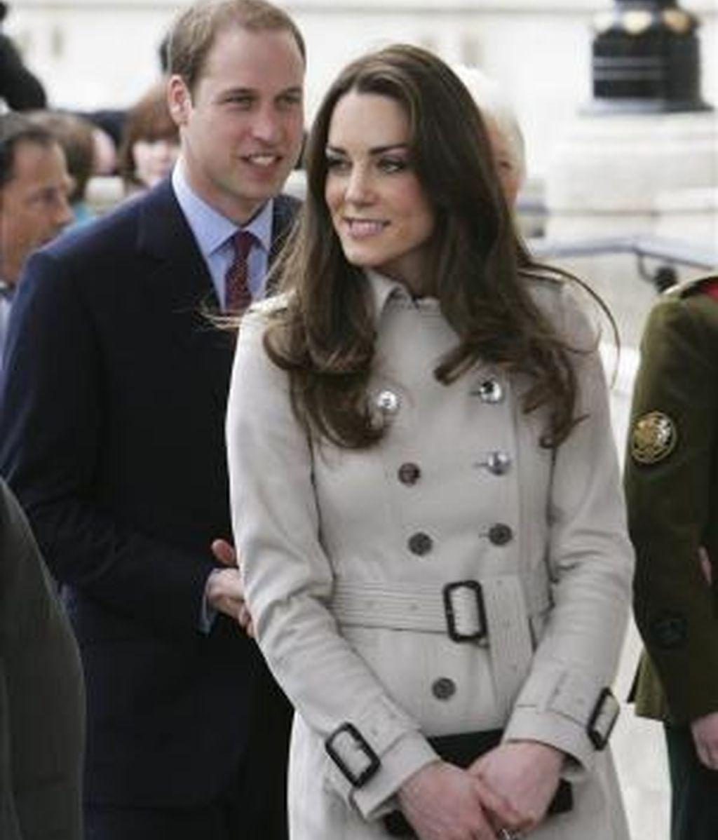 El príncipe Guillermo (izq) y su prometida Kate Middleton (c) a su llegada al ayuntamiento de Belfast, Irlanda del Norte (Reino Unido). EFE/Archivo