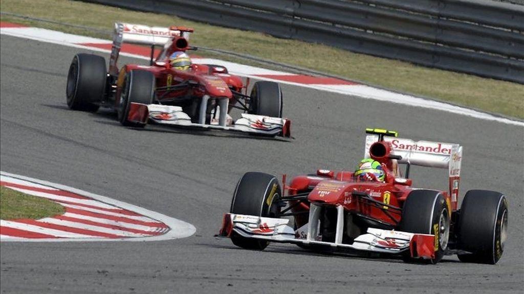 El piloto brasileño de Fórmula Uno Felipe Massa (d), de la escudería Ferrari, se sitúa por delante de su compañero español Fernando Alonso. EFE/Archivo