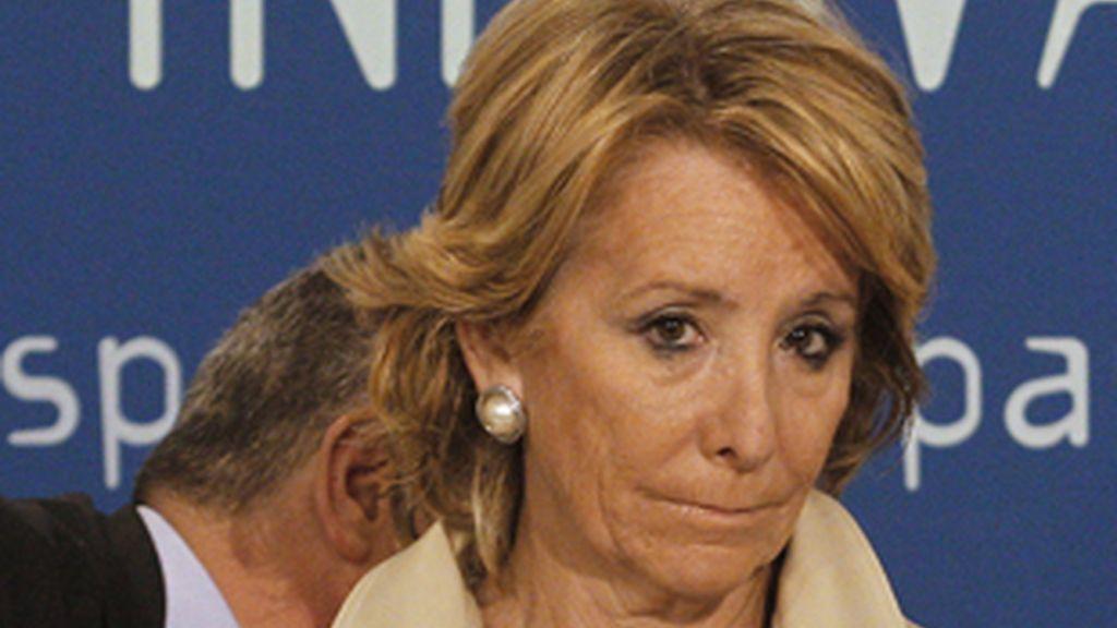 La presidenta de la Comunidad de Madrid, víctima de nuevo de un micrófono abierto.Vídeo: Informativos Telecinco.