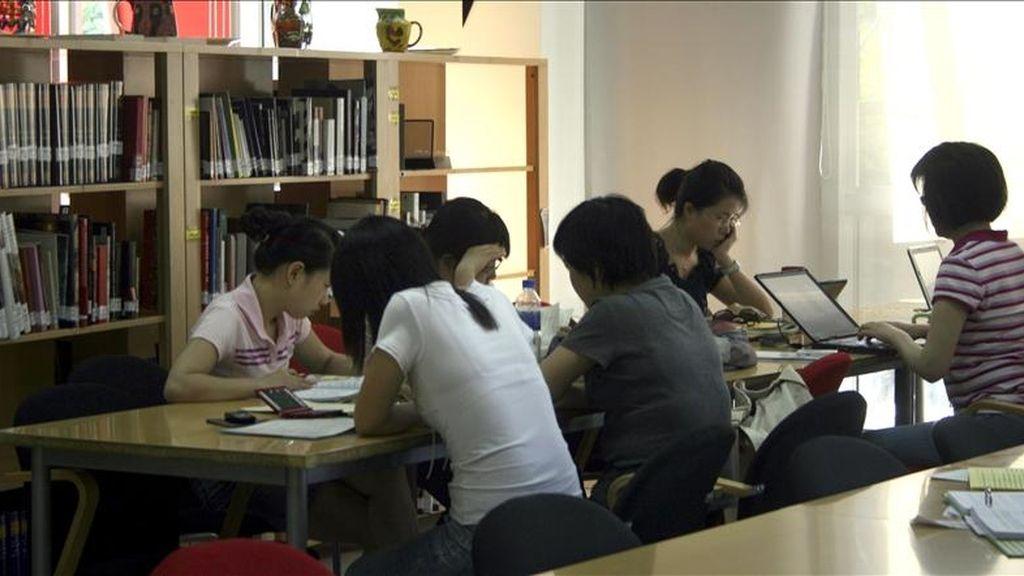 Estudiantes en una biblioteca de Pekín. EFE/Archivo