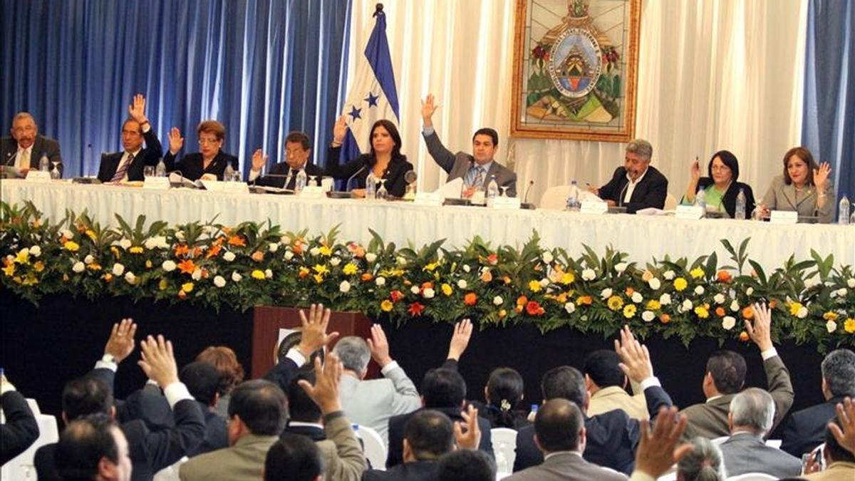 Fotografía en la que se observa a los diputados del Parlamento hondureño al aprobar la reforma constitucional que abrió la puerta a una consulta como la que impulsaba el ahora ex mandatario Manuel Zelaya para decidir sobre la reelección presidencial, en la sede del Legislativo en Tegucigalpa (Honduras). EFE