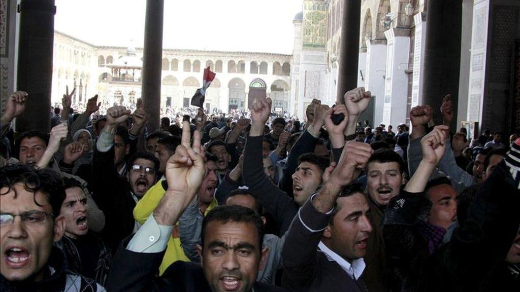 Al menos cinco personas murieron hoy en Siria y decenas más resultaron heridas al reprimir las fuerzas de seguridad las protestas convocadas por activistas de la oposición, informó la cadena catarí de televisión Al Yazira. EFE/Archivo
