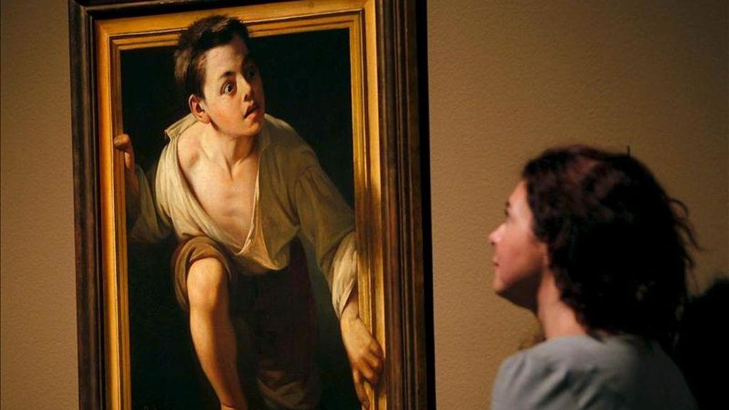 """Una joven observa la obra """"Huyendo de la crítica, I"""" de Pere Borrell, que se muestra en la exposición """"Realismo(s). La huella de Courbet"""" en el Museo Nacional de Arte Contemporáneo (MNAC), que exhibe por primera vez en España, las pinturas más relevantes del pintor francés y su influencia en el realismo español. EFE"""