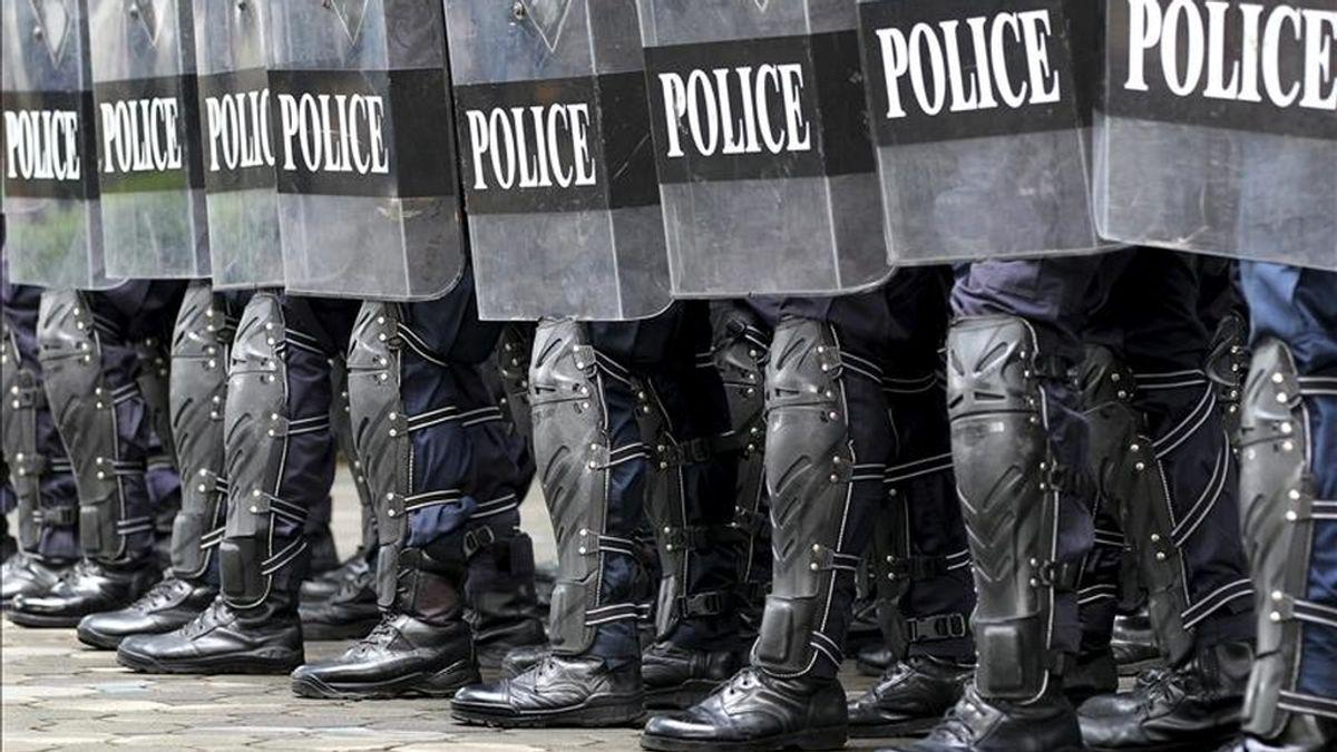 Miembros de las fuerzas antidisturbios realizan un simulacro de seguridad en la sede de la policía en Bangkok. EFE/Archivo