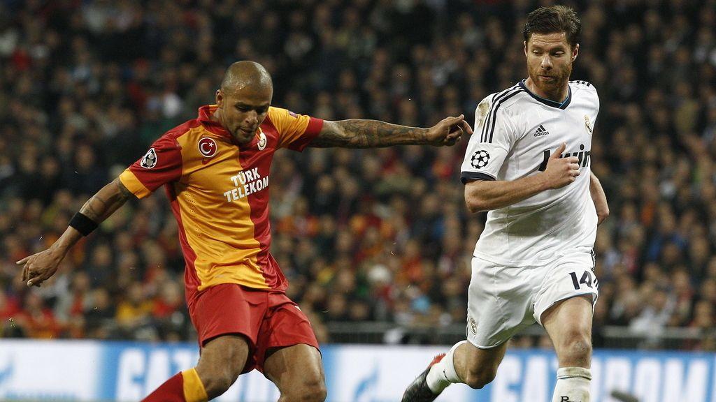 El centrocampista del Real Madrid Xabi Alonso y el centrocampista brasileño del Galatasaray Felipe Melo, luchan por el balón durante el partido de ida de los cuartos de final de la Liga de Campeones