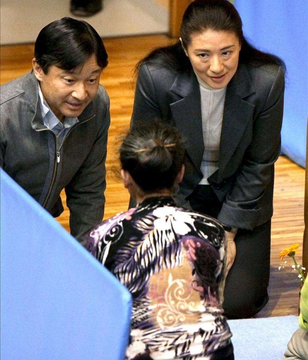 El príncipe heredero japonés Naruhito (izq) y su esposa, la princesa Masako (dcha), conversan con damnificados del terremoto en un centro para evacuados en Tokio (Japón) hoy, miércoles 6 de abril de 2011. EFE