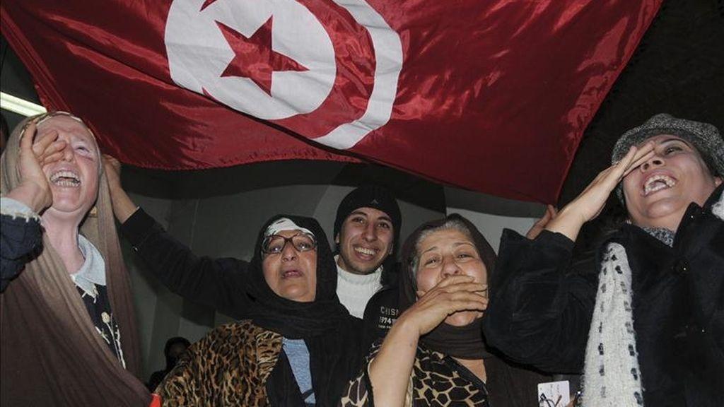 Varias mujeres celebran la disolución de la Agrupación Constitucional Democrática (RCD), el partido fundado por el expresidente tunecino Zín El Abidín Ben Alí, por parte de un tribunal tunecino, el pasado 9 de marzo. EFE/Archivo