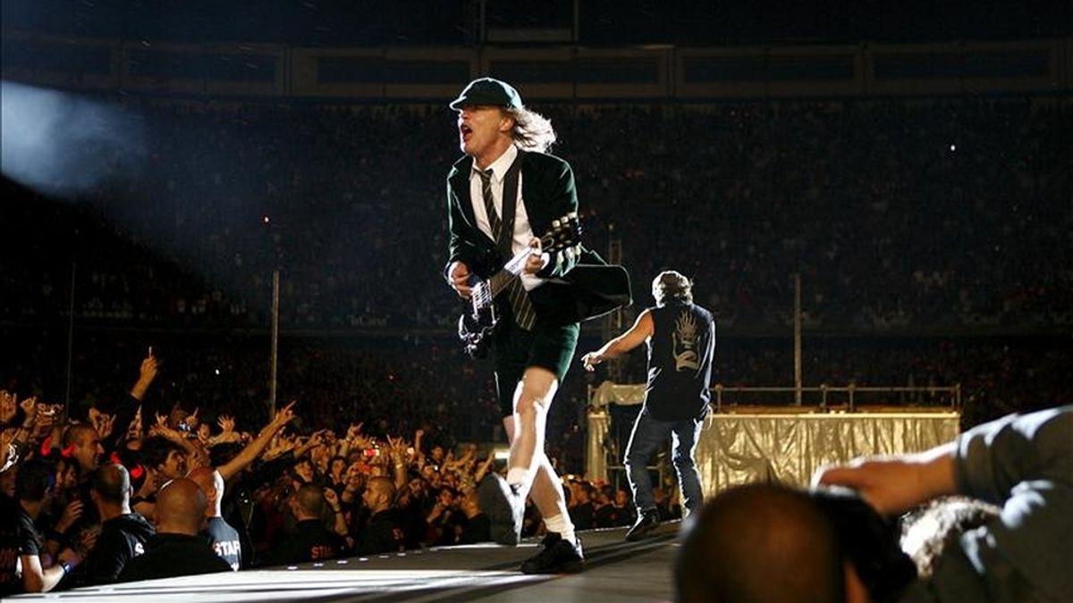 En la imagen, el guitarra del grupo australiano AC/DC, Angus Young, durante una actuación en el estadio Vicente Calderón de Madrid. EFE/Archivo