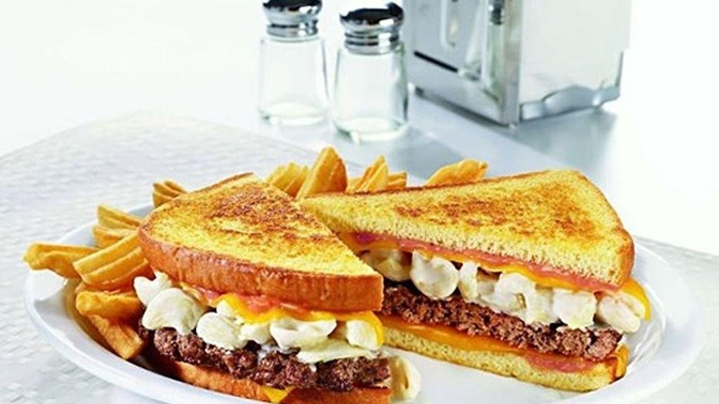 Sandwich de pan de patata, con hamburguesa macarrones, queso fundido y salsas