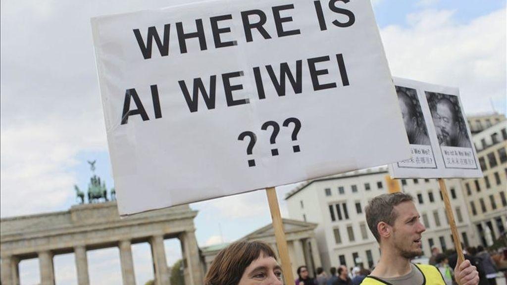 Activistas de Amnistía internacional piden la libertad del disidente político chino Ai Weiwei, durante una protesta en la Pariser Platz de Berlin (Alemania), el 16 de abril de 2011. EFE/Archivo