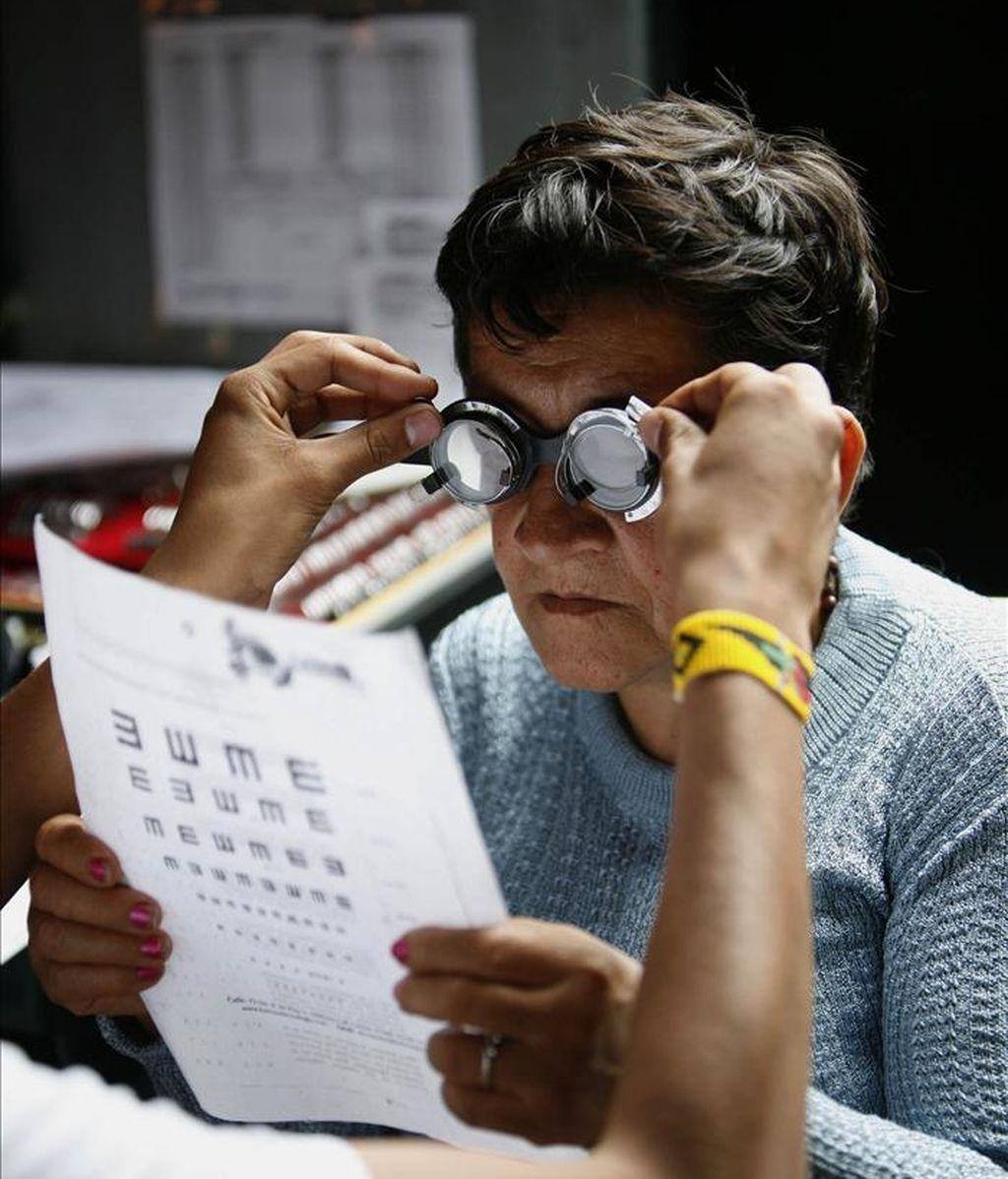 Un oftalmólogo atiende a una mujer colombiana en una carpa instalada en la población de Quetame, en el departamento colombiano de Cundinamarca. Portugal contrata a 42 médicos colombianos ante la escasez de facultativos. EFE/Archivo